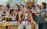 學生上英語課。