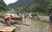 和平省梅州縣從豆鄉路段仍嚴重受淹,職能力量已使用木筏及小舟免費運送人與車輛渡過水淹區域。(圖源:交通報)