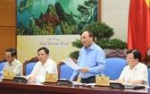 政府總理阮春福(右二)主持視像會議並發言。