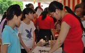 華青謝燕萍參加書贈也吸引許多越華青少年的關注。