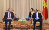 政府總理阮春福(右)接見了工作任期屆滿前來辭行拜會的美國駐越南大使特德‧奧修斯(Ted Osius)。(圖源:武勇)
