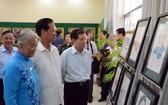 原黨、國家領導觀看展覽作品。