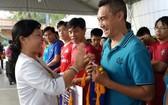 市教育部門領導向華語成人教育中心頒發紀念錦旗。