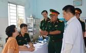 國防部所屬第2總局領導向前來體檢的當地人表示問候。(圖源:黃成)