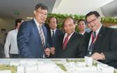 阮春福總理參觀園區的研究工程。(圖源:政府門戶網站)