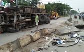 該起交通事故現場,卡車側翻司機受困駕駛室。(圖源:VOV)