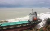 受12號颱風吹襲影響,一艘貨船在平定省海域擱淺。