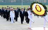 中國國家主席習近平晉謁胡主席陵。(圖源:越通社)