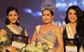 2017 越南大洋小姐組委會主任武越鐘承認責任和承認錯誤,讓曾經整容的考生黎歐銀英(22歲,在2016年做過鼻子手術)參加在本市舉辦的2017越南大洋小姐選美決賽。圖為2017 越南大洋小姐黎歐銀英(中)。(圖源:獨立)