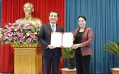 國會主席阮氏金銀向黎光輝同志授予人事任免《決定》。(圖源:VGP)