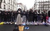 巴黎郊區克利希鎮的穆斯林街頭祈禱活動。(圖源:互聯網)