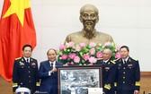退役軍人向政府總理阮春福贈送紀念品。(圖源:越通社)