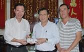 本報主編阮玉英(左二)接受周華邦住持(左一)的贊助金。