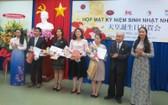 市人文與社會科學大學日语系越日友好分會代表獲贈紀念品。