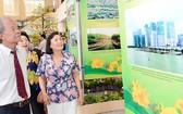 僑胞參觀有關本市發展的展會。