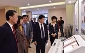 政府副總理鄭廷勇出席並參觀建材陳列室。(圖源:VGP)