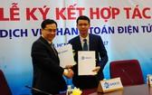 SASCO 副總經理阮文雄強(左)與 VIMO 技術股份公司代表簽訂電子付款服務應用 合作文件。