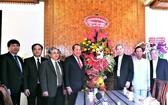 政府常務副總理張和平(左四)與崑嵩省總教區主教和各神職人士合照。(圖源:VGP)