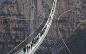 遊客在紅崖谷景區玻璃橋上行走體驗。(圖源:新華網)