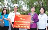 人民議會主席阮氏決心(右二)向第五區海軍司令部贈送禮物,包括價值8億5000萬元潔淨水塔。