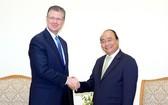 政府總理阮春福(右)接見前來越南履新的美國大使丹尼爾‧克里滕布林克。(圖源:光孝)