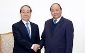 政府總理阮春福(右)接見韓國與越南友好協會主席、泛高紡織集團董事長崔勇朱。(圖源:光孝)