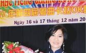 謝文英接受獎狀及祝賀鮮花。