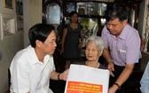 勞動榮軍與社會部長陶玉容(左)向越南英雄母親段氏清贈送禮物。(圖源:PV)