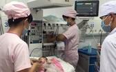 經手術後,病嬰的健康現已穩定,在嬰兒加護科跟進中。(圖源:越通社)