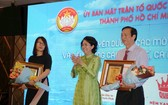 市祖國陣線委員會主席蘇氏碧珠(中)向萬盛發集團及萬成乳膠床墊公司頒贈獎狀。