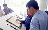市民在第十二郡人委會查閱在線規劃資訊。
