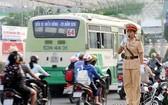 交警執勤維持交通秩序。