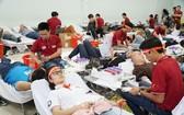 許多大學生和勞動者前往文憲大學參加捐血。(圖源:芳薇)