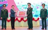 國會主席阮氏金銀(左二)向第二軍區司令部的幹部贈送春節禮物。(圖源:光榮)