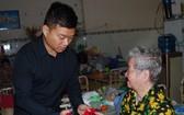 萬盛發集團代表麒麟向孤寡老人贈送紅包。