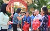 本報向郡內華人貧困戶贈送100份禮物,每份價值50萬元,經費來自胡志明市台商會眾多企業共同贊助。