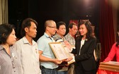 阮氏秋副主席頒贈紀念章和獎狀予捐血者。
