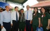 市委書記阮善仁(右三)、原國家主席阮明哲(左二)同參會代表合影。