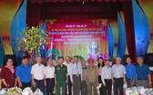 市領導和各革命老前輩與華人青年代表合照。