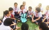 平盛郡朱文安小學的學生們聚精會神上性別教育課。