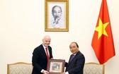 阮春福總理(右)向國際足聯主席詹尼‧因凡蒂諾贈送紀念品。