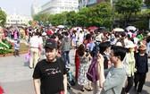 炎熱天氣過後,未來幾天胡志明市的氣溫將下降。 圖為人們春遊阮惠花街。(圖源:紅漓)