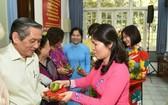 郡婦女會主席陳氏秋香向各代表派發紅包。