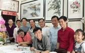張漢明書畫家(後排左四)與各學員歡聚一起。
