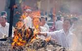 民眾在平陽省一廟宇焚化冥紙。