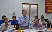 市科學技術聯合會主席阮玉交教授在會議上就招賢納士提案發表意見。