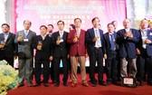 蟬聯理事長鄧榮先生(左四)與各理事向大家敬酒。