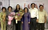 原國家副主席張美華(左二)與作者(左三)及各代表合照。