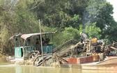 同柰河上開採河沙的駁船。(示意圖源:互聯網)