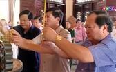 永隆省領導在部長會議主席范雄紀念館上香緬懷。(圖源:永隆電視台視頻截圖)